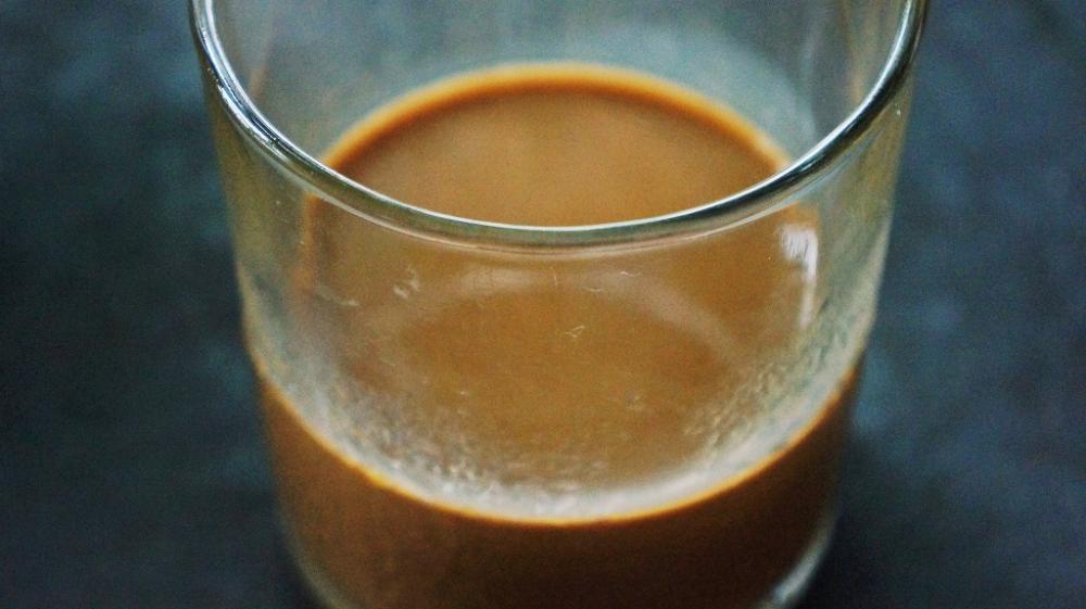 Cà phê sữa đá 12.000 đồng một ly. Nếu không mê cà phê, bạn gọi trà hay gọi bia cũng có.