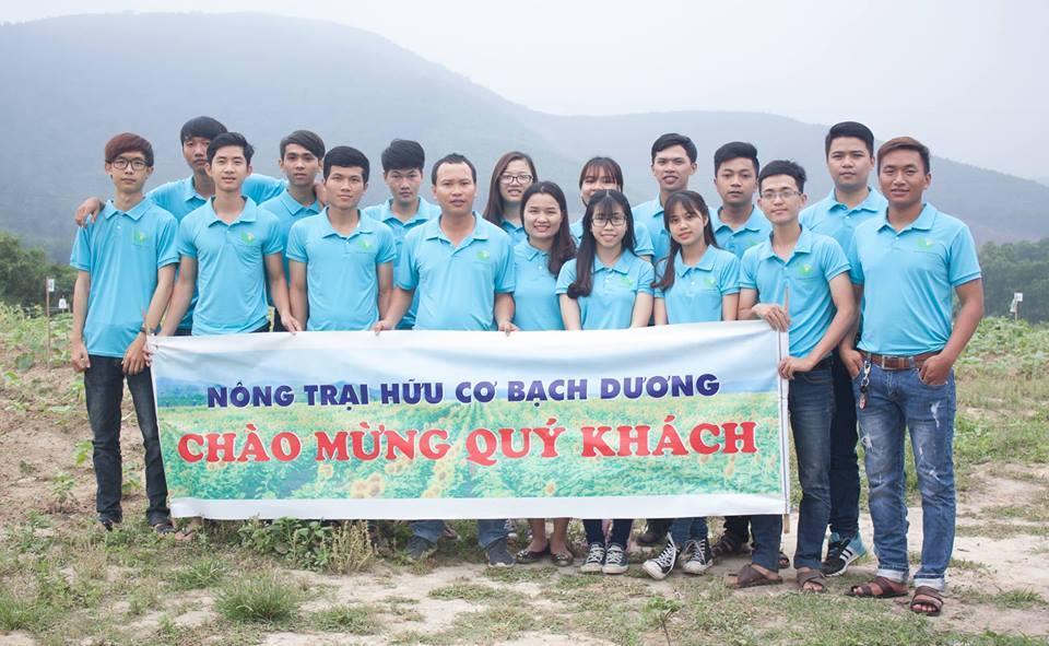 Tiến sĩ Nguyễn Tiến Đức cùng các học trò tại Nông trại hữu cơ Bạch Dương.