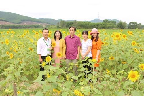 Tiến Sĩ Nguyễn Văn Đức (áo trắng) chủ vườn hoa hướng dương ở Huế.