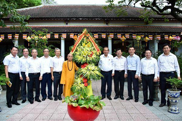 Phó Thủ tướng đã thăm và tặng hoa chúc mừng các vị chư tăng, chức sắc Phật giáo tại tỉnh Thừa Thiên – Huế.