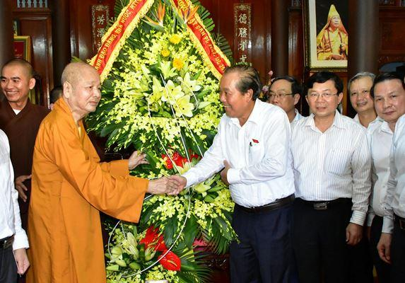 Thủ tướng Thường trực Chính phủ Trương Hòa Bình cùng đoàn công tác của Chính phủ đã đến thăm, chúc mừng Phật đản tại Huế.