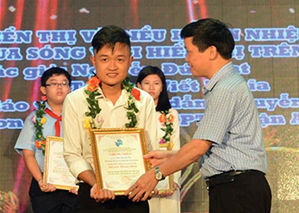 Em Nguyễn Quang Tuệ đại diện nhóm sáng chế đèn bắt muỗi nhận giải Ba cuộc thi Sáng tạo thanh thiếu niên nhi đồng tỉnh Thừa Thiên - Huế.