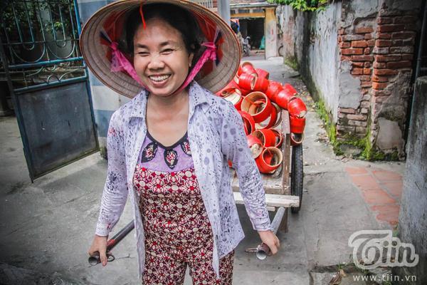 Cô Vũ Thị Là – một trong nghệ nhân làm trống dân gian ở làng Hảo.