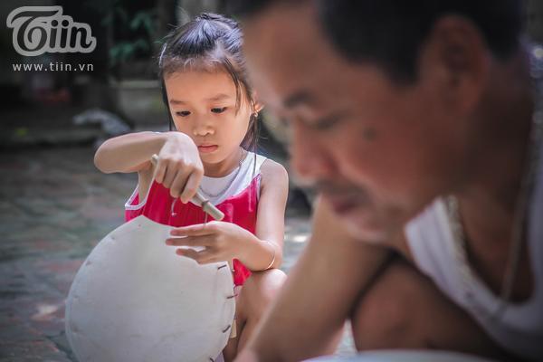 Không chỉ có bàn tay của các nghệ nhân, những đứa trẻ làng Hảo cùng tranh thủ góp sức, góp phần bằng những việc đơn giản như móc xiên.