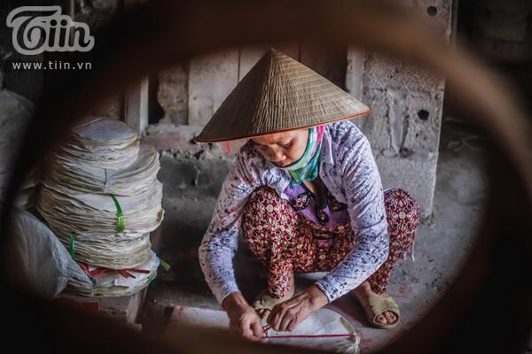 Việc bưng trống lại được chuyển giao sang nghệ nhân khác trong làng làm, vì vậy sau khi đủ tang và mặt trống, cô Là lại chuẩn bị gói gọn mọi thứ.