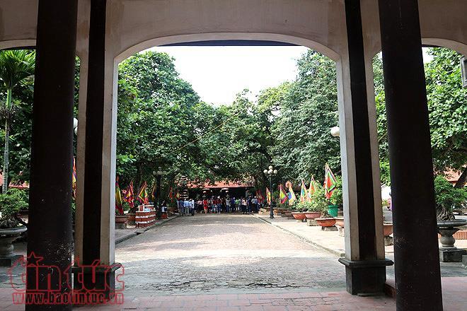 Kiến trúc của ngôi đền được xây theo lối kíến trúc cổ hình chữ Đinh và được làm phần nhiều từ gỗ lim.