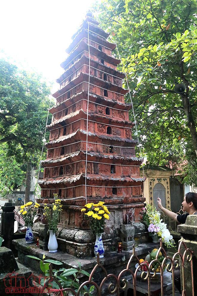 Trong đền có một ngọn tháp 9 tầng bằng đất nung. Theo truyền thuyết, đây là nơi thăng giáng của Ngọc Hoàng khi xuống đền Đậu An.