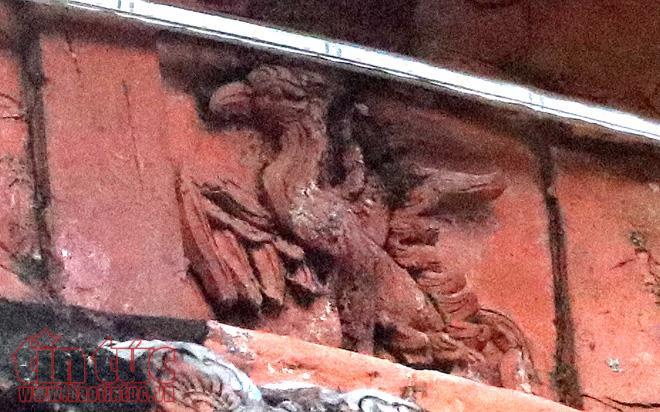 Các hoa văn trên tháp được khắc theo lối Chămpa. Họa tiết và chất liệu của tháp vừa có dáng dấp tháp đình bảng, vừa có nét Chăm Pa, khắc hình cánh sen, chim thần Garuda.