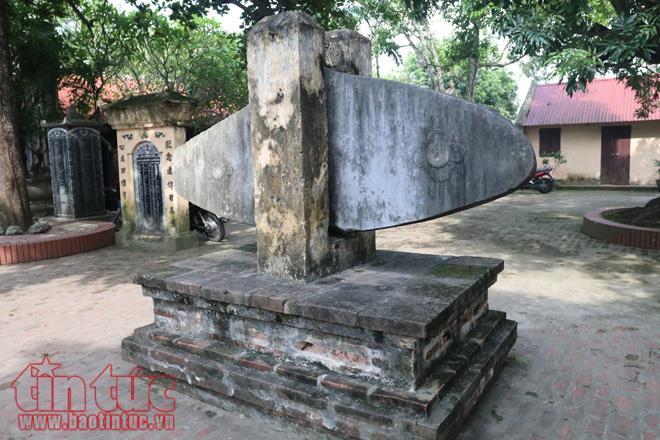 Tại đền Đậu An còn lưu giữ chiếc khánh đá cổ niên hiệu Vĩnh Trị.