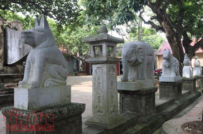 Các linh vật được tạc bằng đá ở hai bên sân đền qua bao thế kỷ vẫn đứng vững theo thời gian.