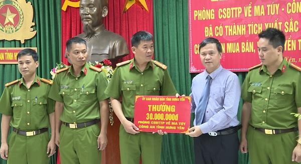 Phó Chủ tịch UBND tỉnh Nguyễn Minh Quang trao thưởng cho ban chuyên án