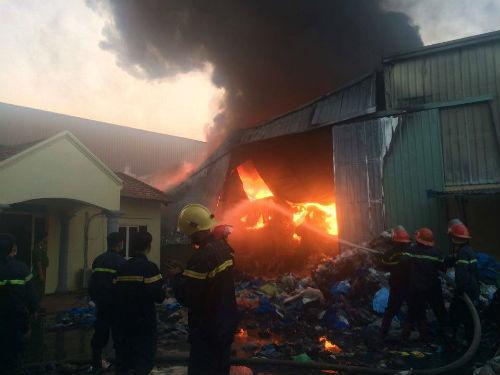 Việc chữa cháy gặp rất nhiều khó khăn do gió to, nhà xưởng xảy ra cháy nằm sâu phía trong.