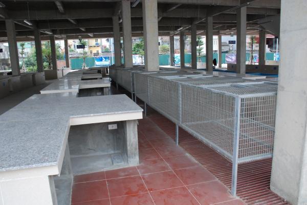 Các gian hàng bán gia cầm được xây dựng chắc chắn, sạch đẹp, đảm bảo vệ sinh.