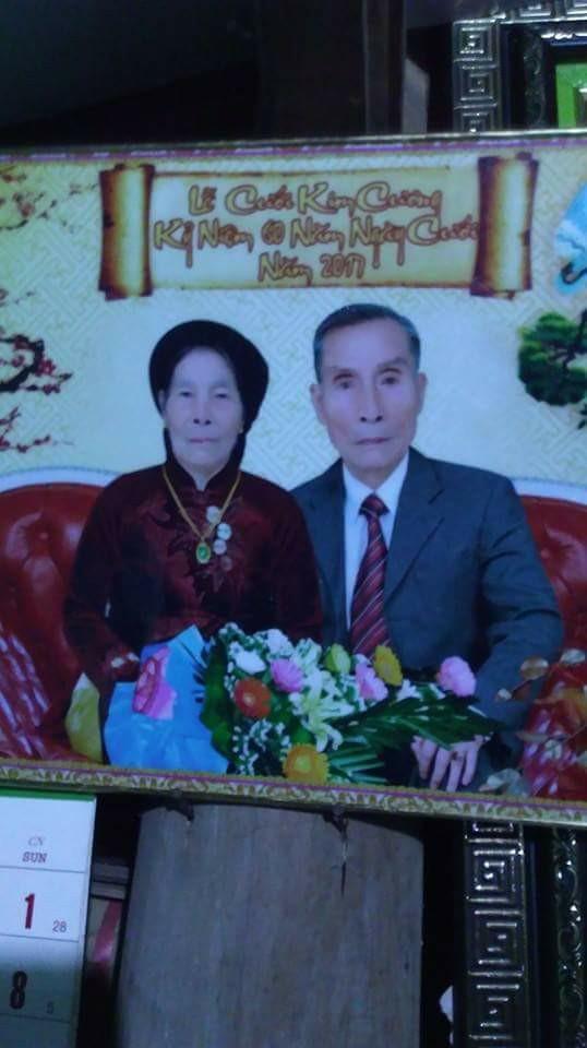 Một bạn khác chia sẻ bức hình kỷ niệm ngày cưới của ông bà ở Hà Nam với bối cảnh và trang phục giống hệt