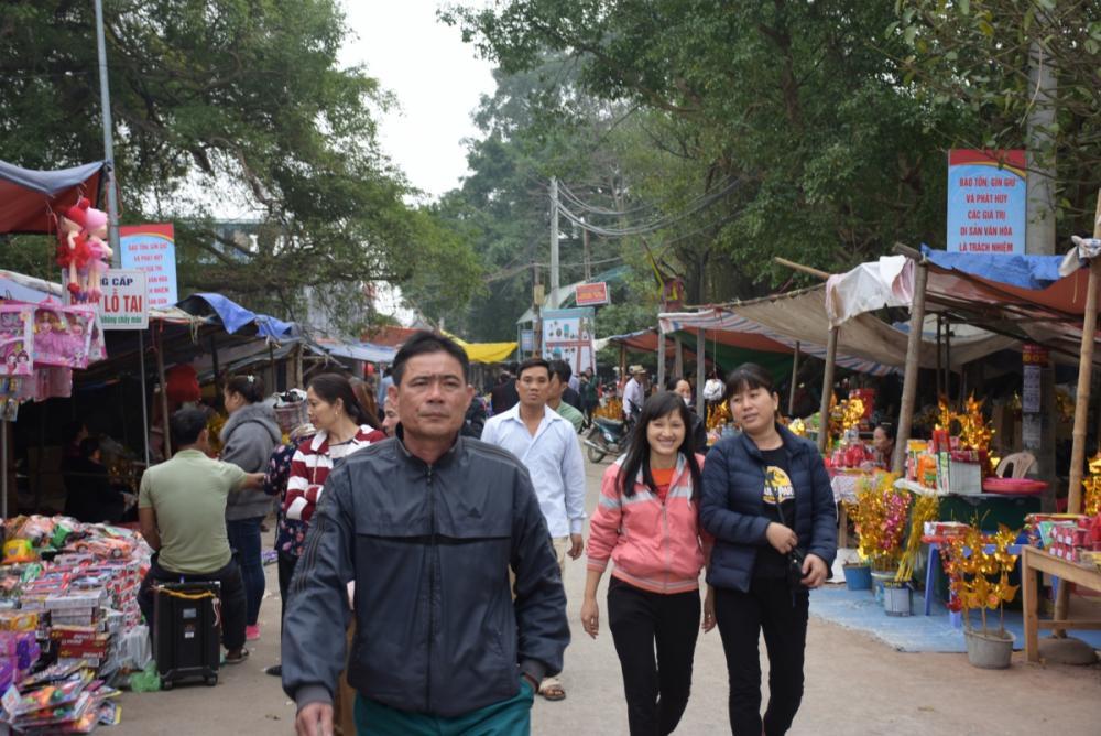 Nhiều du khách thập phương đã đến dâng hương và thăm quan cảnh Đền từ ngày mồng 1 Tết