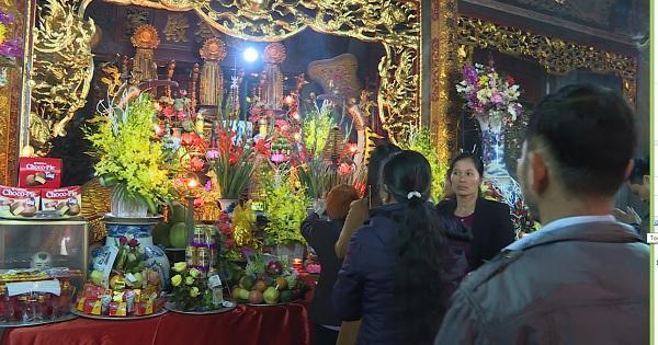 Đông đảo người dân đã đến dâng hương, bãi lễ tại đền