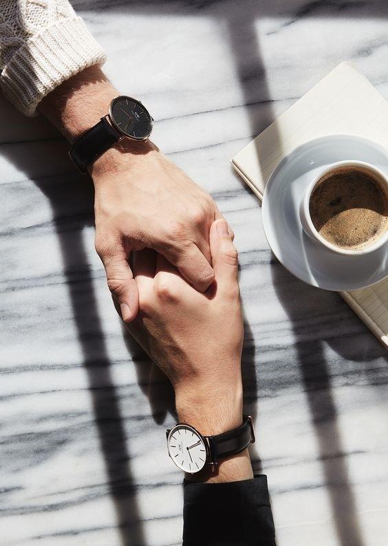 Đồng hồ như ám chỉ chuyện tình không lâu bền.