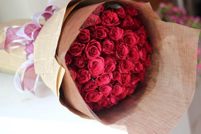 Hãy tặng hoa hồng màu vàng vì nó mang ý nghĩa tình yêu ngày càng tốt đẹp và nhớ bẻ hết gai nhọn.