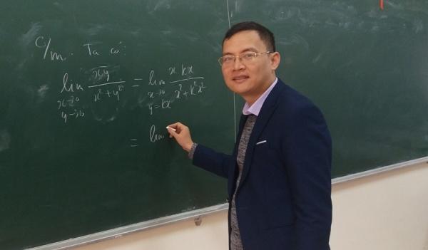 PGS Đỗ Đức Thuận hàng ngày lên lớp. Một năm PGS lên lớp 400-450 giờ. Ảnh: HH