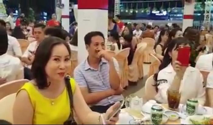 Khách mời đến dự đám cưới rất đông (Ảnh cắt từ clip)