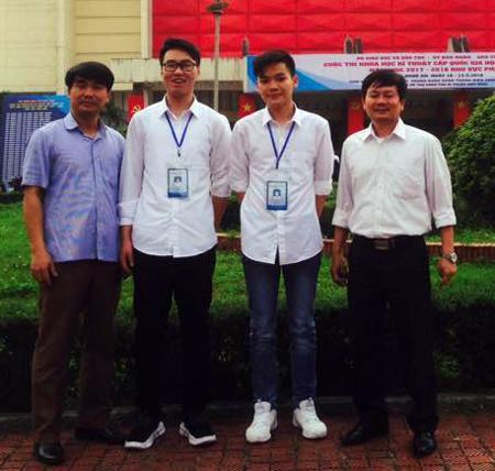 Hai học sinh Nguyễn Thanh Bình, Lê Văn Cường (đứng giữa), tác giả dự án giành giải nhất