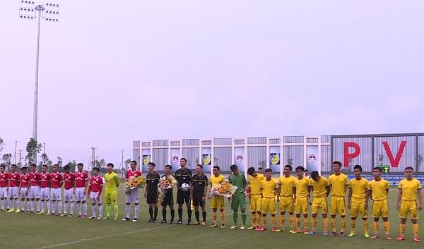 2 đội chuẩn bị chào cờ trước trận đấu. Đội Phố Hiến mặc trang phục màu đỏ.