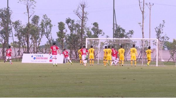 Tình huống dẫn đến pha ghi bàn đầu tiên của cầu thủ số 17 Phạm Ngô Tấn Tài của câu lạc bộ bóng đá Phố Hiến