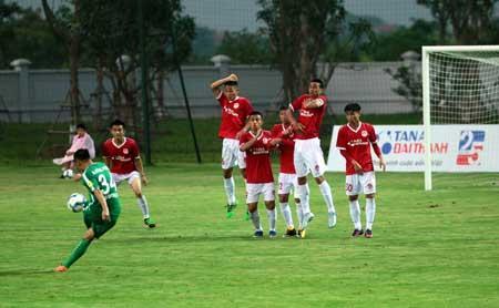Một pha bóng dàn xếp đá phạt trong trận đấu giữa CLB Phố Hiến và Phù Đổng FC