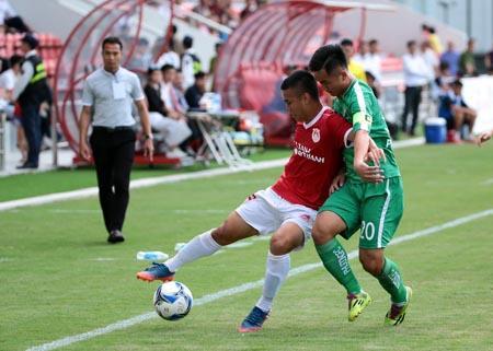 Một pha tranh bóng giữa cầu thủ CLB bóng đá Phố Hiến với cầu thủ Phù Đổng FC