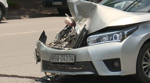 Xe ô tô con bị n.át đầu xe sau vụ tai n.ạn