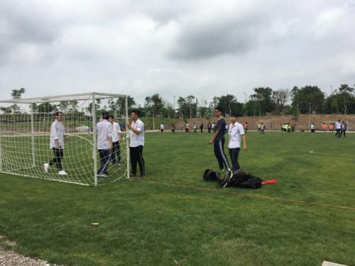 Các học sinh đến tham quan phấn khởi chơi trên sân bóng cơ sở Ecopak ĐH Anh quốc Việt Nam