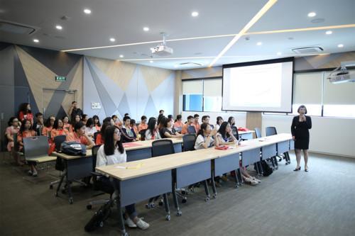 Bà Huỳnh Mỹ Linh - GĐ Nhân sự Indochina chia sẻ với học sinh đến tham quan