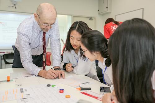 Các học sinh tham quan lớp học thử với giảng viên của Trường ĐH Anh quốc Việt Nam