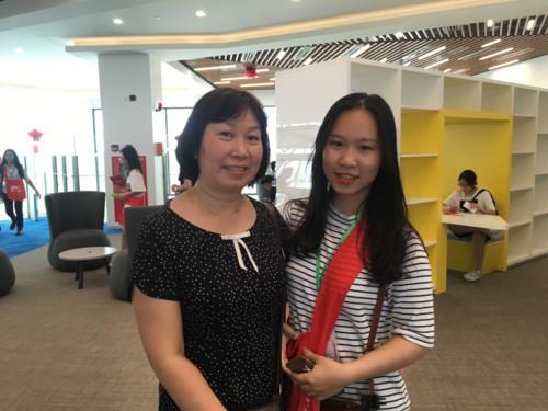 Chị Mai Lan và con gái Mai Thanh tham quan thư viện