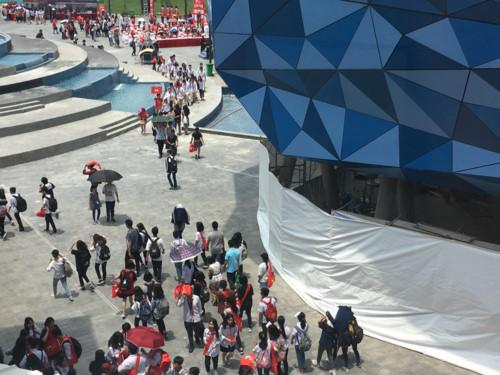 Bất chấp nắng nóng, hàng nghìn học sinh THPT đến tham dự ngày hội