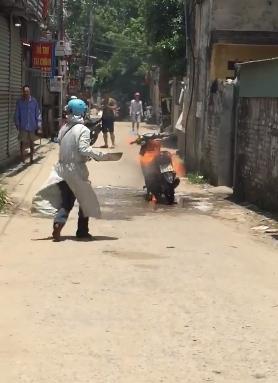 Chiếc xe cháy dữ dội bất chấp người phụ nữ cố gắng cứu chữa.
