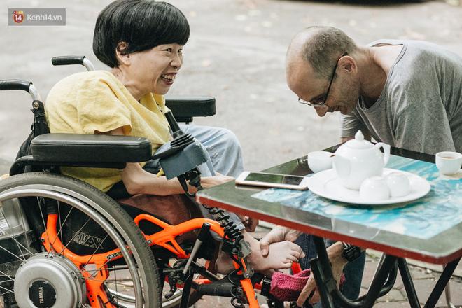 Chuyện tình cổ tích của chàng kỹ sư Úc từ bỏ xe phân khối lớn để lái xe lăn cho người vợ khuyết tật ở Hà Nội - Ảnh 8.
