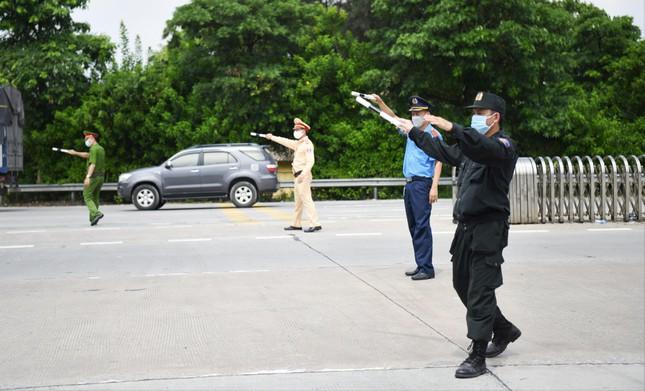 Lực lực liên ngành vẫn kiểm soát chặt người ra vào Hà Nội tại các cửa ngõ