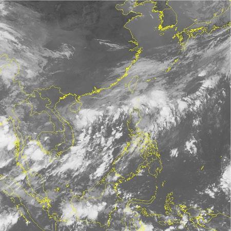 Ảnh mây vệ tinh vùng áp thấp trên Biển Đông
