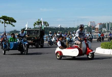 Đoàn xe diễu hành qua vòng xoay Mai Xuân Thưởng