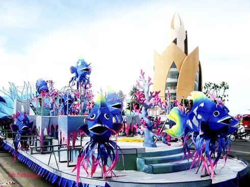 Trang trí xe hoa phục vụ lễ hội đường phố