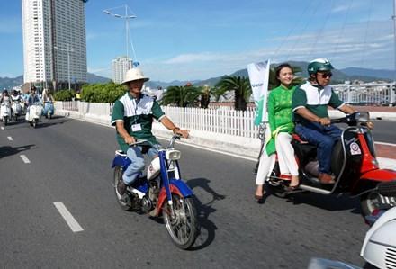 Chiếc Mobylette của anh Nguyễn Quốc Thắng (Diên An, Diên Khánh, Khánh Hòa) tham gia diễu hành trên cầu Trần Phú