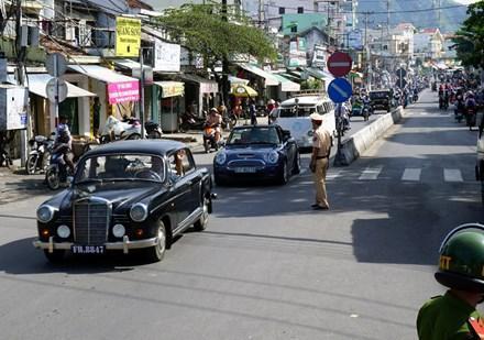 Đoàn xe qua đường 2 Tháng 4, đoạn đầu cầu Xóm Bóng