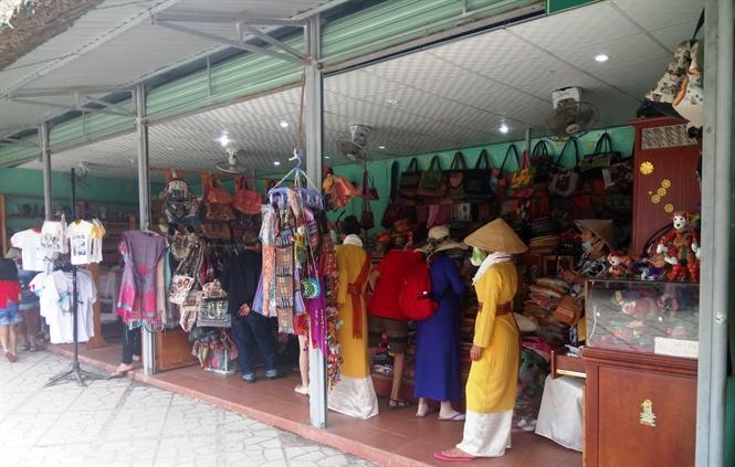 Các gian hàng gốm và thổ cẩm được chia thành nhiều gian hàng để phục vụ khách tham quan