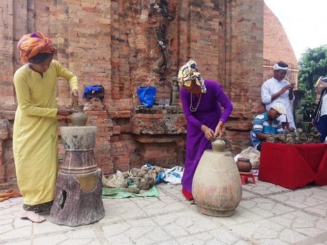 Du khách sẽ được tận mắt chứng kiến các nghệ nhân trình diễn nghễ thuật làm gốm Chăm