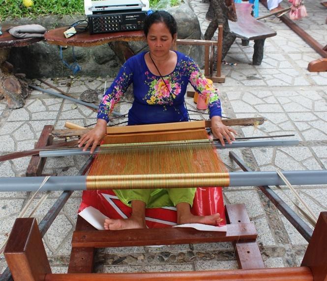Kỹ thuật dệt thổ cẩm cũng được giới thiệu trong triễn lãm