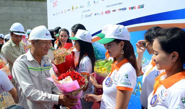 Đại diện nhà đầu tư, ông Nguyễn Tấn Đông tặng hoa cảm ơn các người đẹp đã đem đến cho công trường đang nóng bỏng này luồng gió mát khuyến khích những người thợ Đèo Cả nỗ lực đưa công trình về đích đúng tiến độ.