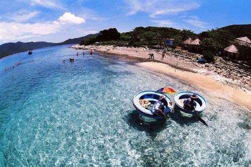 Đảo Hòn Mun với làn nước trong xanh đẹp ngây ngất trong lòng du khách. Ảnh: Du lịch