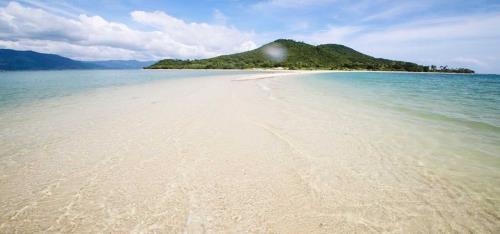 Con đường giữa biển ở Điệp Sơn, Khánh Hòa gây ấn tượng mạnh với du khách. Ảnh: MyTour