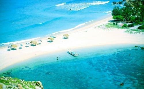 Bãi tắm đôi nổi tiếng ở Đảo Yến, Khánh Hòa. Ảnh: ABM Travel